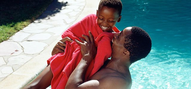 Padre con hijo en la piscina