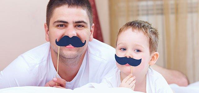 Padre con su hijo con bigotes