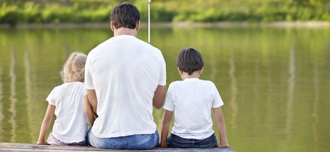 padre pesca con hijos