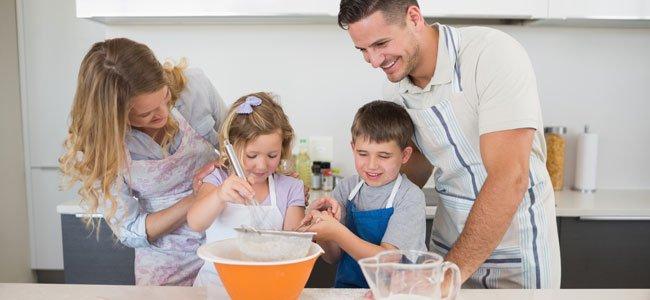 Familia cocina