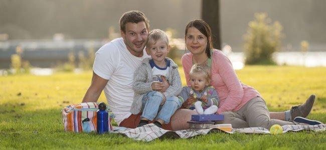 Familia con bebés de picnic