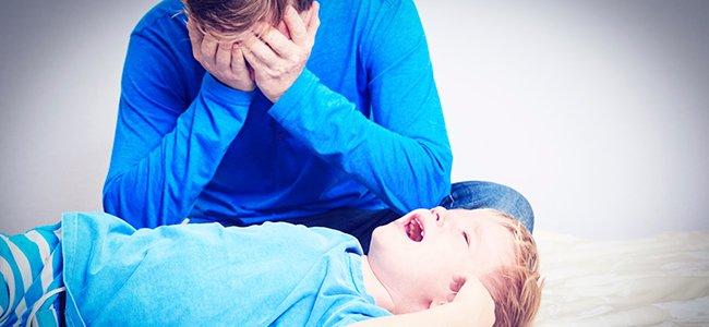 Papá estresado con la crianza de los hijos