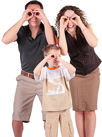 Padres e hijos buscando algo
