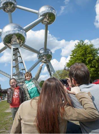 Atomium con niños en Bruselas