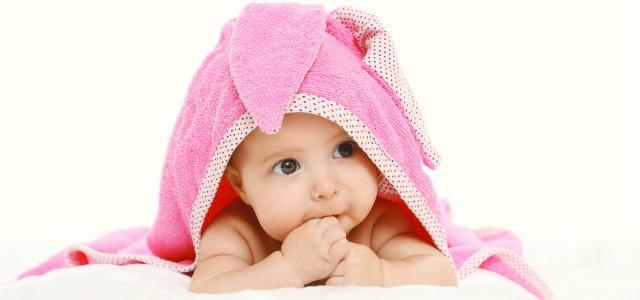Niña con toalla rosa