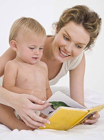 Madre leyendo libro al bebé