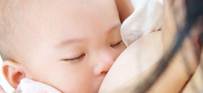 Madre da el pecho a bebé