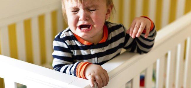 Cuándo y cómo atender al bebé que llora por la noche