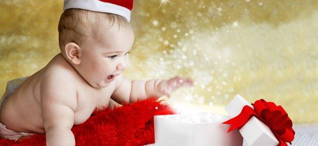 Bebé mira regalo navidad