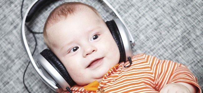 Bebé escucha música