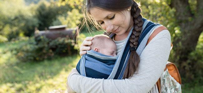 Métodos para llevar al bebé en brazos