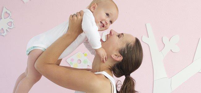 Madre con bebé en habitación