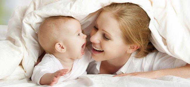 Madre juega con bebé
