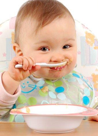 La alimentación de bebés de siete meses al año de edad