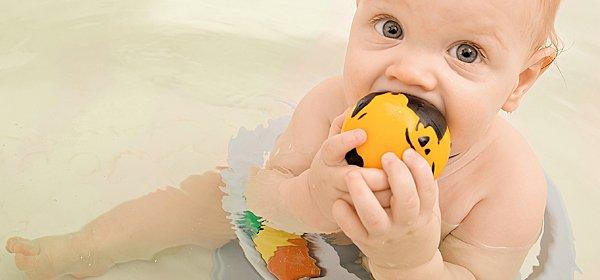 bebé sentado en la bañera durante el baño