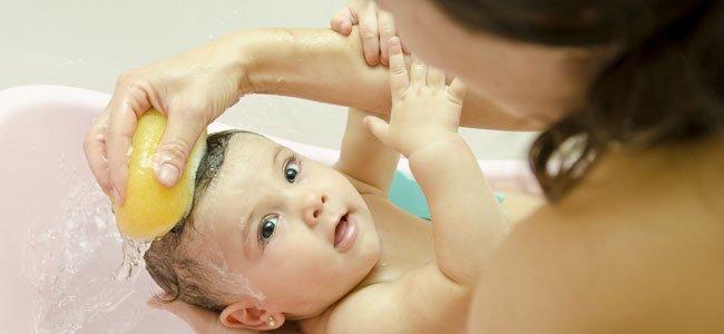 bañan bebé