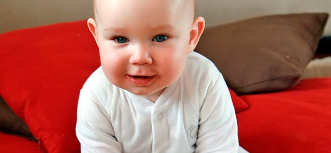 Bebé de seis meses. Sentado