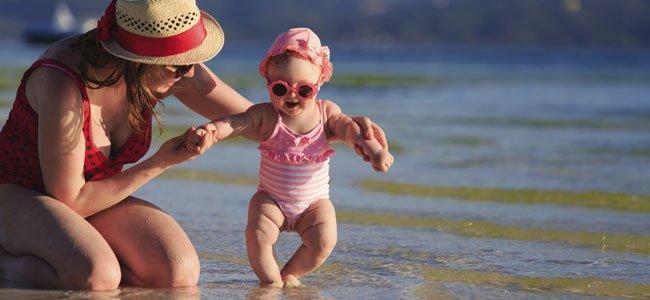 Madre con bebé en la playa