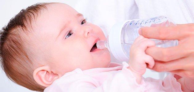 Bebé bebe agua