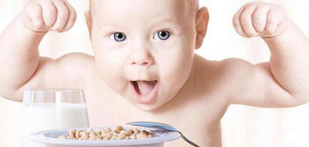 Bebé come cereales