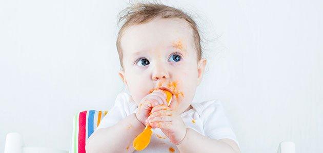 Bebé toma puré