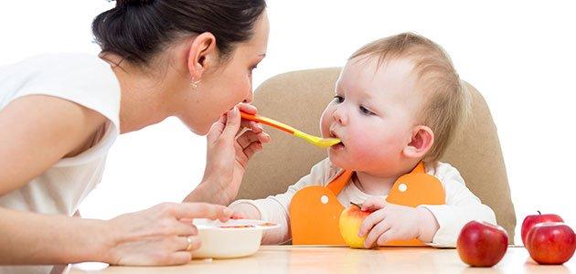 Bebé come puré de frutas