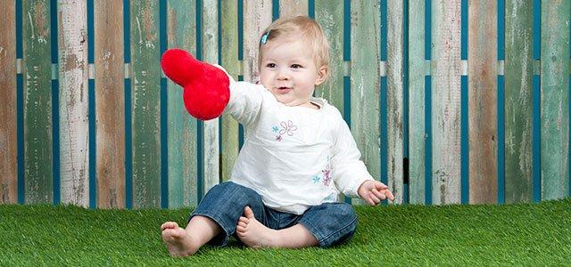 Bebé con corazón en la mano