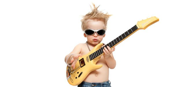 Bebé con guitarra eléctrica