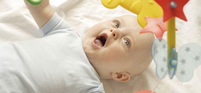 Bebé en la cuna con el movil