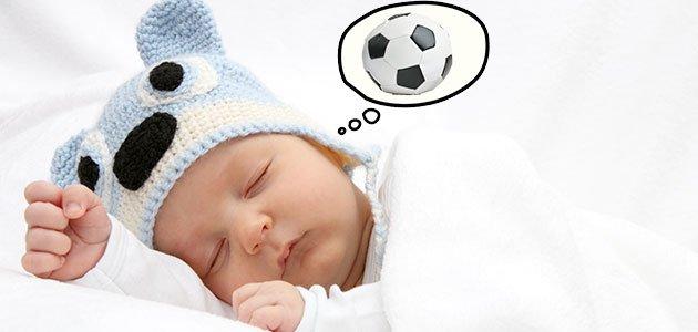 bebé sueña con pelota de fútbol