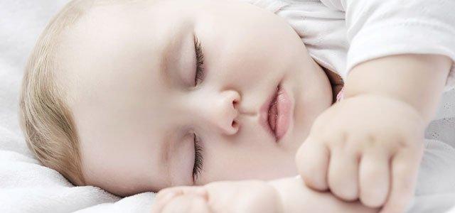 Bebé duerme feliz