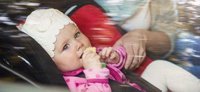 El peligro de dejar a un bebé solo en el coche