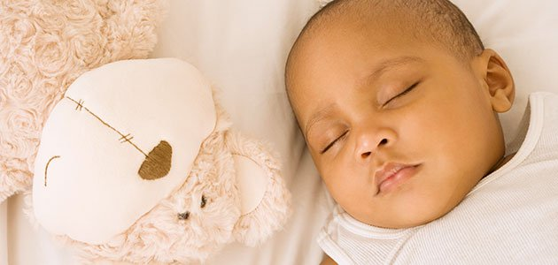 Bebé duerme con osito