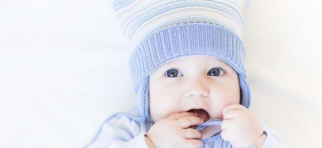 Bebé con gorrito morado