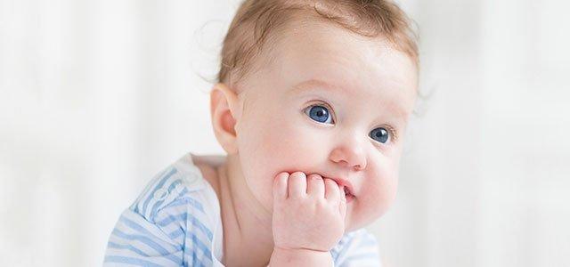 Bebé se chupa mano