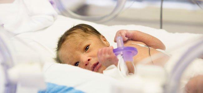Bebé en incubadora