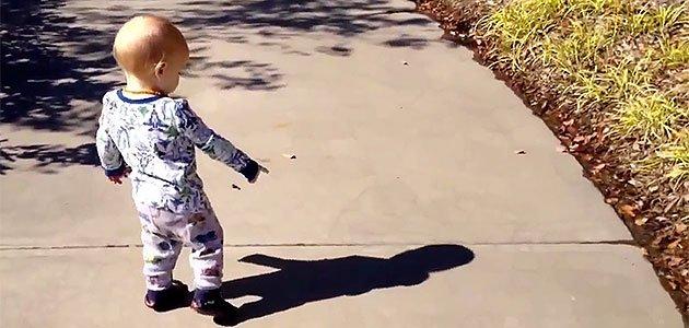 Bebé que señala su sombra