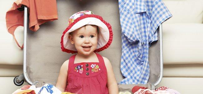 Bebé en maleta verano
