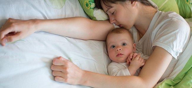 Bebés que duermen de día y están despiertos durante la noche
