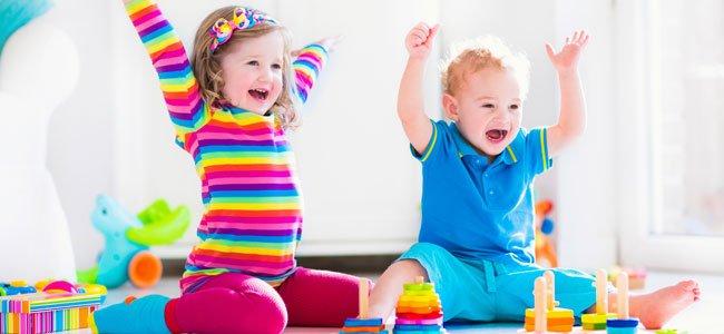Niños juegan juntos