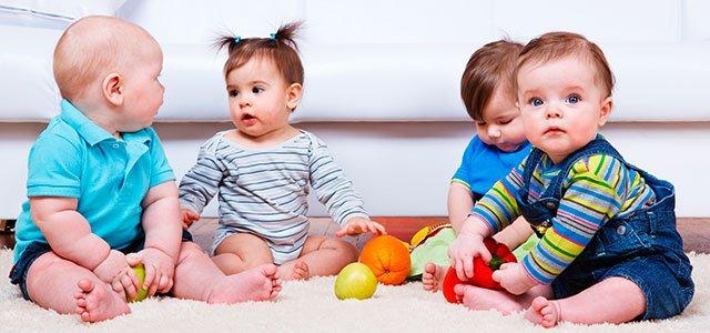 bebés juegan juntos
