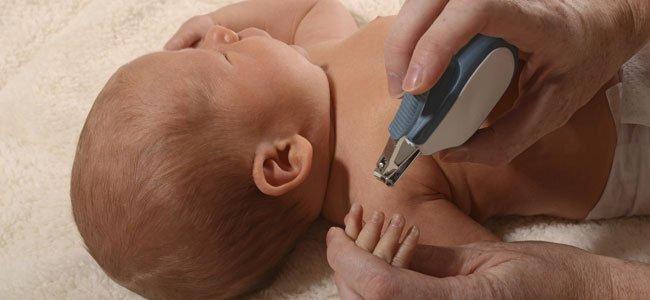 Cortar las uñas del bebé