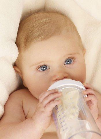 Alimentar al bebé con biberón