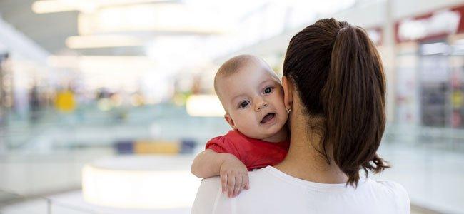 Bebés en brazos de extraños