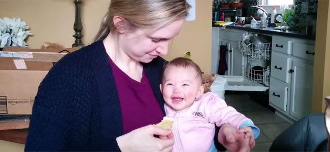 Bebé ríe a carcajadas cuando su madre come nachos