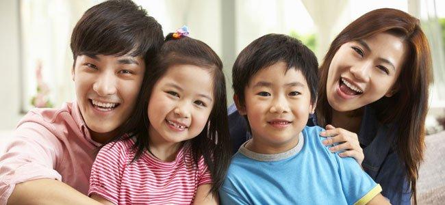 Pareja con hijos chinos