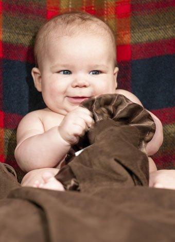 Bebé con manita de cuadros