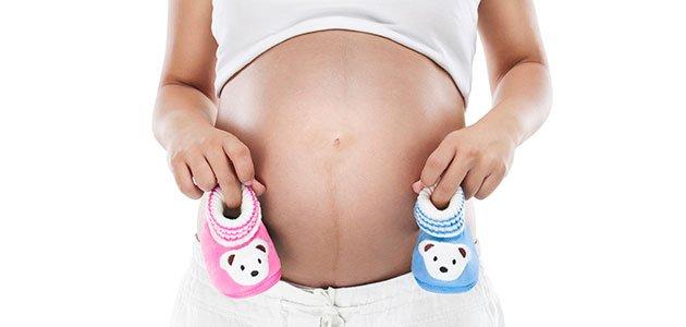 Embarazada con patucos de colores