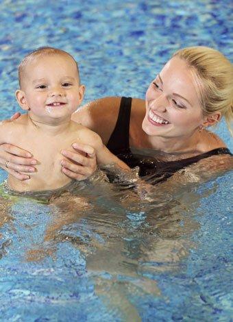 Juegos de estimulación para niños en el agua