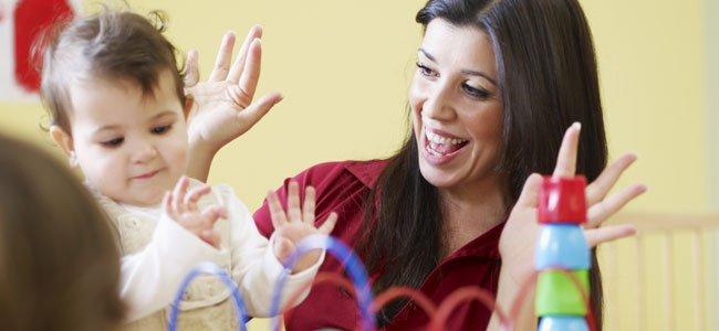 Profesora jugando con el niño en una guardería